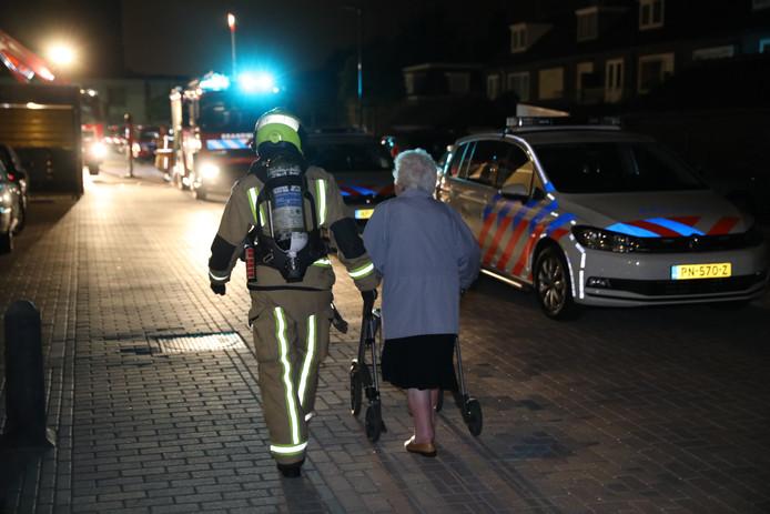 Een brand in een wooncomplex aan de Wittebrug in Poeldijk richtte vannacht flinke schade aan. Bewoners - voornamelijk ouderen - zijn geëvacueerd en moeten voorlopig verblijven in hotels.
