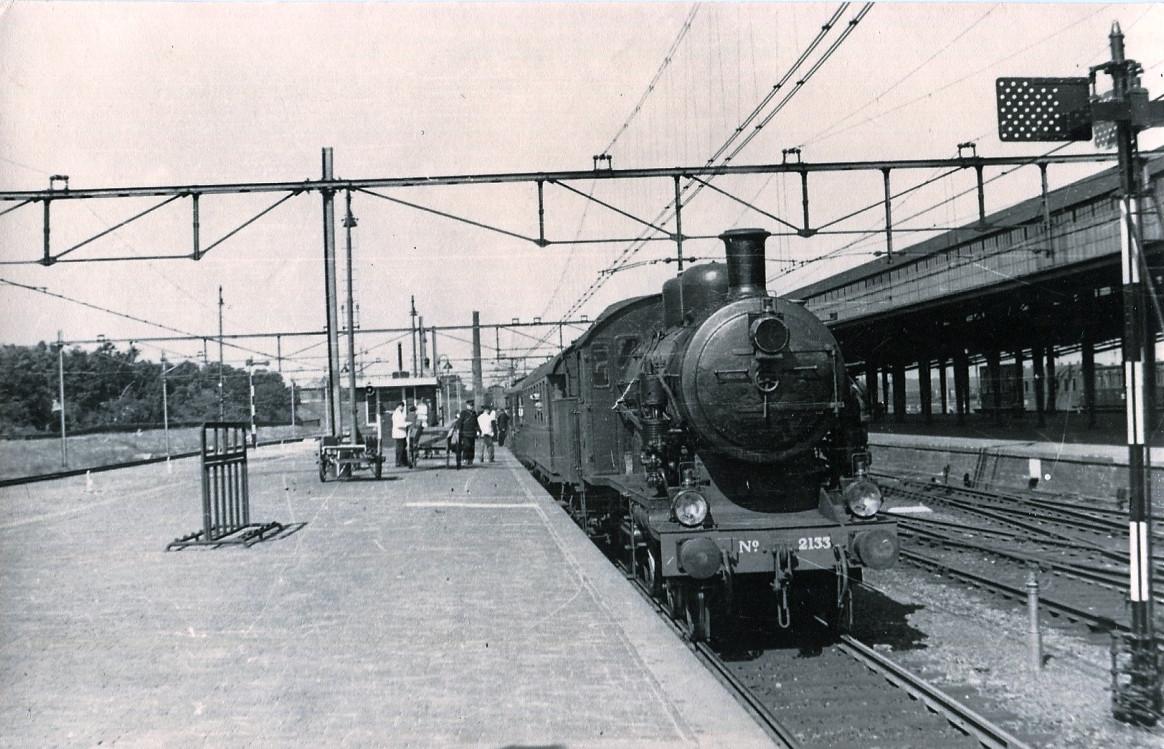 Op het perron kwam een wachtkamer eerste en tweede klasse met een buffet. Een trein, getrokken door een NS2133, staat gereed voor vertrek. Dit type locomotief werd gebouwd in 1919 en na 34 jaar trouwe dienst in 1953 uit roulatie genomen.