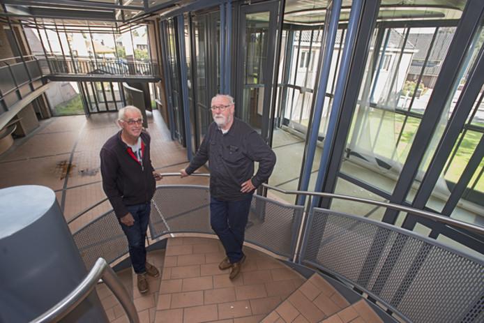 Leon van Meer en Mathieu Raemaekers (De Hoeve) nemen een kijkje in het oude gemeentehuis, waar het nieuwe dorpshart komt met rechts een theaterzaal.