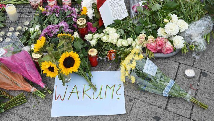 Bloemen en een briefje met de vraag 'Waarom?' op de plek van de schietpartij in München.