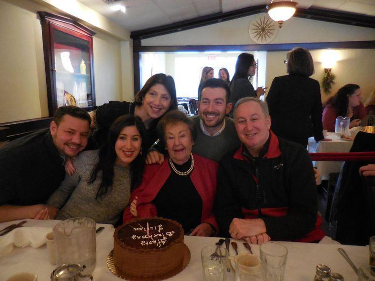 Lillian Berliner op het feestje voor haar 90ste verjaardag, met rechts op de foto haar zoon Stephen en links haar kleindochter Lauren met haar man Tom. Achteraan staan Meryl en David, de vrouw en zoon van Stephen.