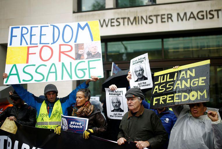 Voor- en tegenstanders van Assange verzamelden bij de rechtbank, die uiteindelijk moet bepalen of de Australiër aan de Verenigde Staten mag worden uitgeleverd.