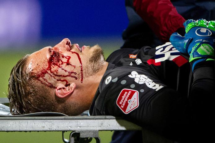 Volendam-doelman Mitchel Michaelis wordt gewon afgevoerd.