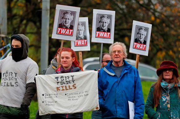 Enkele boze demonstranten wachtten Johnson op, maar die daagde uiteindelijk niet op.