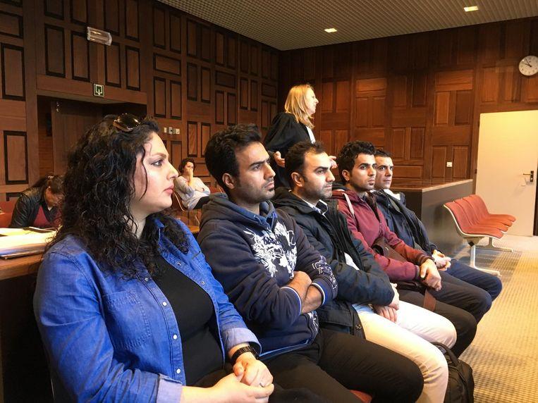 Vijf Iraanse vluchtelingen kwamen twee weken geleden afgezakt naar Brugge om er zich burgerlijke partij te stellen tegen een Roemeense mensensmokkelaar. Drie van hen krijgen nu een schadevergoeding van 16.000 euro.