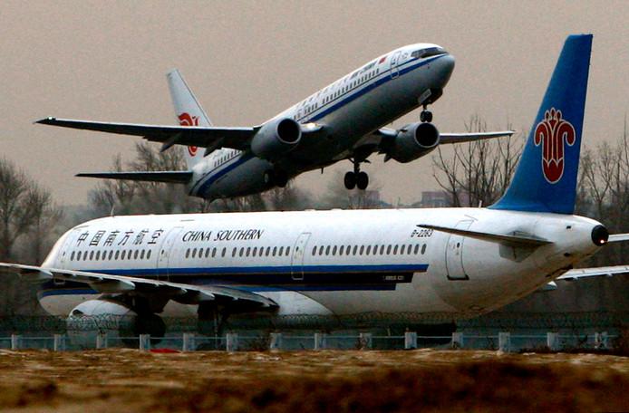 Een Boeing 737 vliegtuig stijgt op.