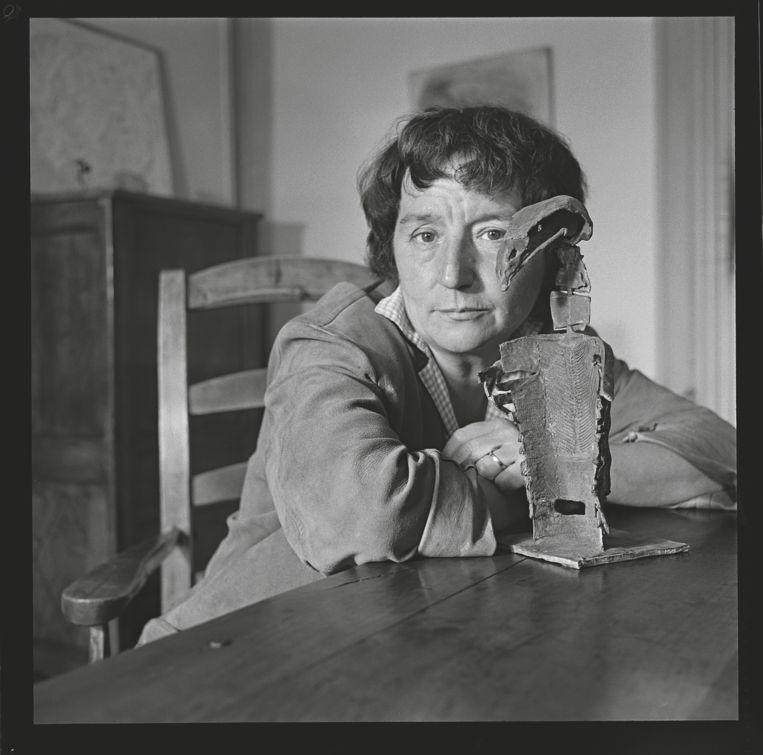 Germaine Richier in haar atelier in Zurich, 1944. Beeld Christi