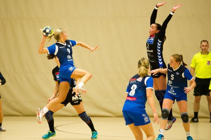 Kalia Klomp (springend) maakte afgelopen seizoen indruk tijdens de duels van V&L tegen Dalfsen.