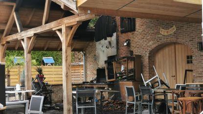 """Nachtelijke brand veroorzaakt fikse schade aan terras café De Welkom: """"Proberen vrijdag terug open te gaan"""""""