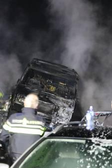 Grote brand bij autosloperij in Oosterland - dertig voertuigen branden uit