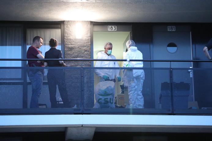 Onderzoek na de vondst van een lichaam in een woning aan de Van Diesenstraat.