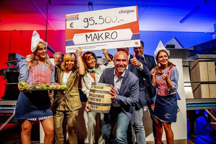 De koper van het eerste vaatje de Macro voor 95.500 Hollandse Nieuwe bij de veiling met Claudia de Breij, de traditionele start van het haringseizoen.