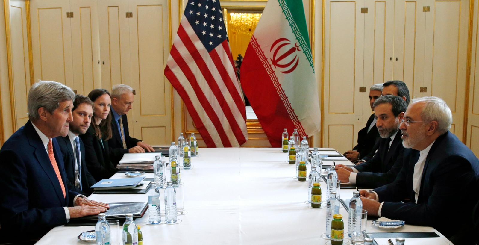 Eerdere onderhandelingen tussen Iran en de VS, met op links de voormalige minister van buitenlandse zaken John Kerry. Rechtsvoor Javad Zarif.