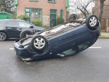 Auto rijdt tegen geparkeerde auto en vliegt over de kop, Twekkelerweg in Hengelo afgesloten