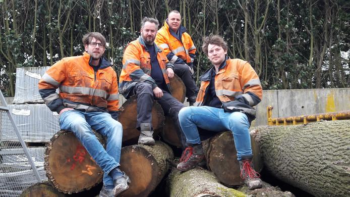 De mannen die het werk aan de bomen uitvoeren. Van links naar rechts Wilco Klein-Tiessink, Martijn Bullée, Sven Brouwer en Freek Vreeman. Foto Menno Pols/DG
