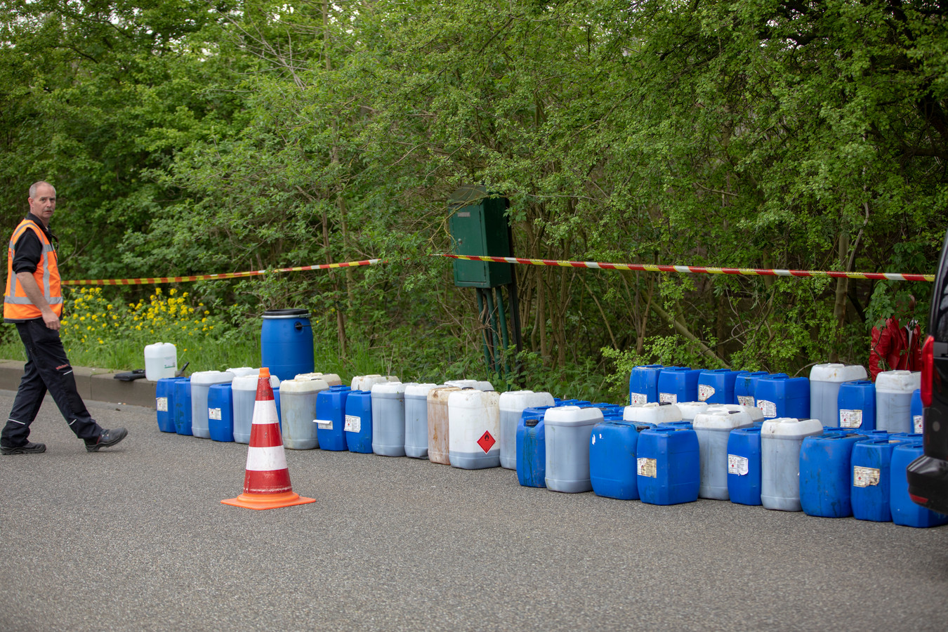 Archieffoto. Wie in deze tijd met witte en blauwe jerrycans werkt, moet volgens het Openbaar Ministerie beseffen dat het mogelijk om drugsafval en/of verboden chemicaliën gaat.