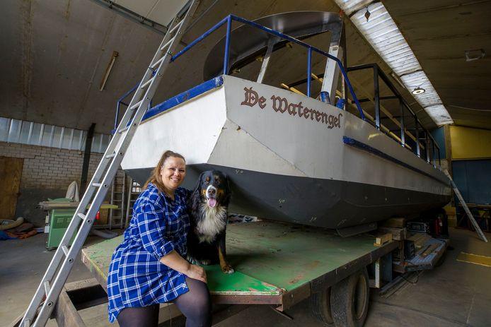 Nancy van Heeswijk bij het vlot/boot waar ze samen met haar hond Guus de zuid Willemsvaart op gaat om geld in te zamelen om het vlot gereed te maken voor 10 mensen met een rolstoel.