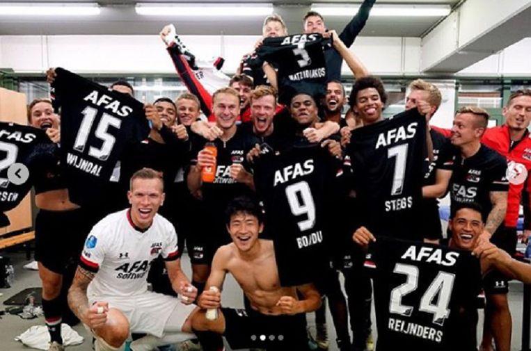 De AZ-spelers vieren op z'n Lamkel Zés in de kleedkamer.
