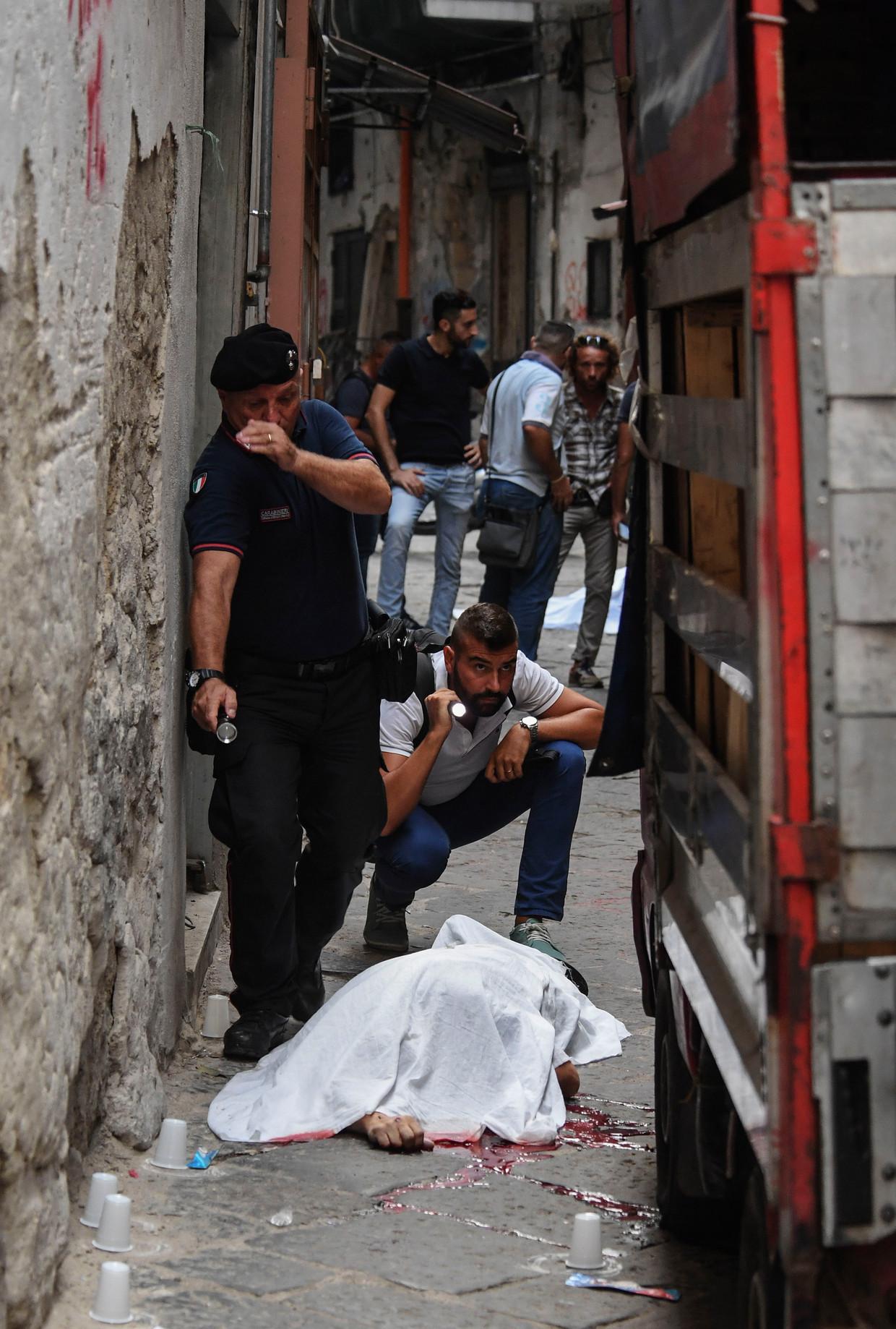 Een slachtoffer van de Napolitaanse camorra is afgedekt met een laken. Op de achtergrond ligt een tweede slachtoffer (september 2017).