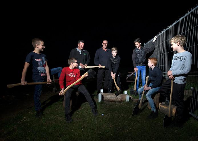 Elke vrijdagavond oefenen de jeugdbielemannen samen in Loil. Onder andere Tieme Peters (10), Tom Hendricksen (11), Luuk Hendricksen (9), Niels Lenderink (11), Stan Hageman (13) en Damien Verwaaij (12) worden getraind dor Jos Rasing en Henri Lenderink. Foto Theo Kocktk Dgfoto-Loil-Bielemannen-Foto Theo Kock