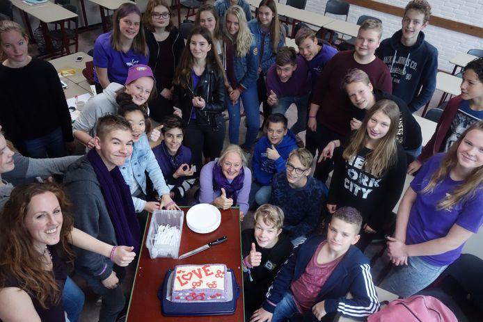 Klas mavo 32 van het Meander College in Zwolle werd vanochtend verrast met een speciaal voor Paarse vrijdag gemaakte taart.