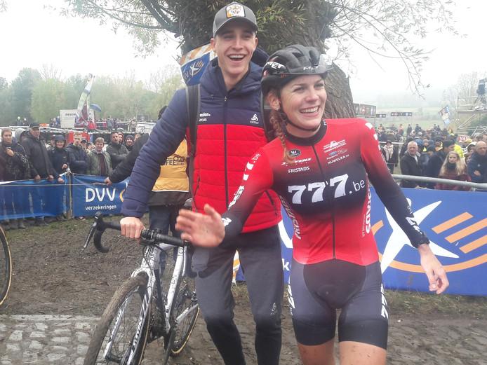 Yara Kastelijn kon ook snel weer lachen bovenop de vettige Koppenberg.