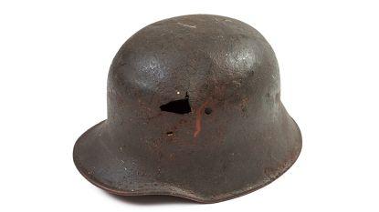 Jongen (7) speelt met metaaldetector in tuin en vindt Duitse helm met schedel en granaten