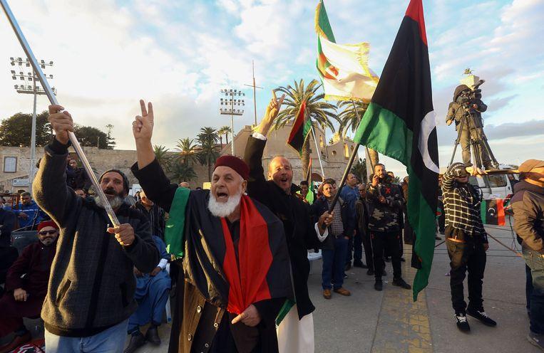 Mensen gaan in Tripoli de straat op om te demonstreren tegen Khalifa Haftar. Beeld null