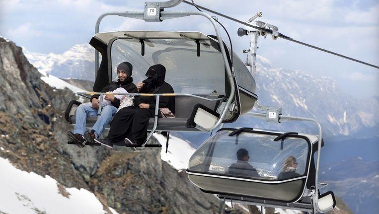 Een familie laat zich per kabelbaan naar de top van de Kitsteinhorn brengen.