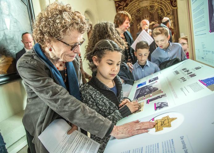 Opening van de tentoonstelling over Selma Wijnberg, de Zwolse die Sobibor overleefde. Dochter Lidy Engel bekijkt samen met haar kleindochter de Davidsster die Selma in de oorlog moest dragen.