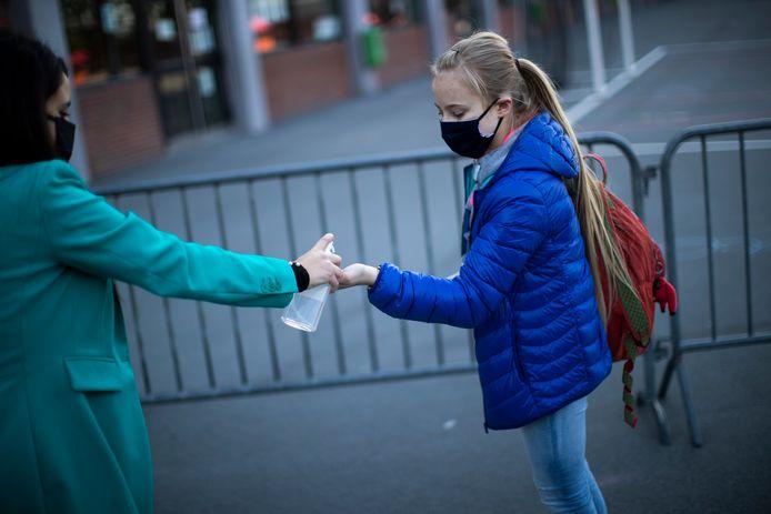 Une jeune fille retourne à l'école à Bruxelles, le 18 mai 2020.