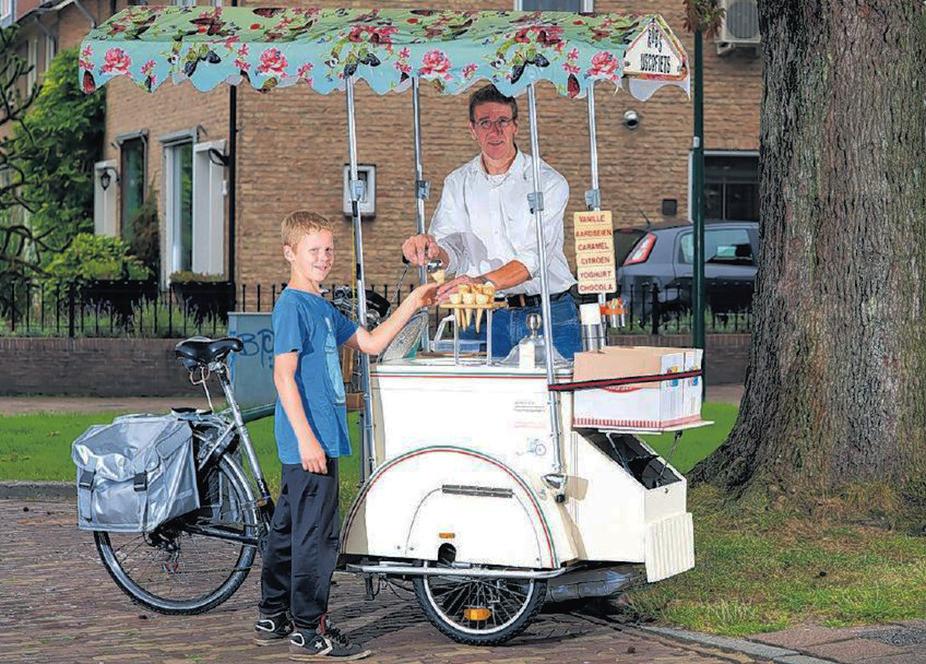 Rob van der Waard met zoon Patrick bij zijn zelfgebouwde ijscokar