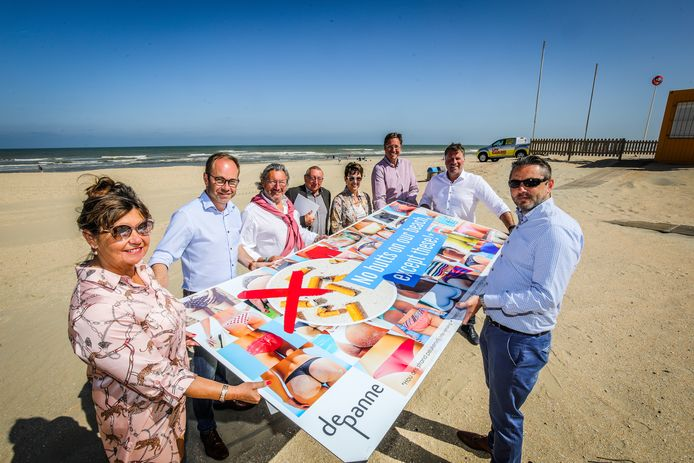 Opmerkelijk campagnebeeld om rookvrije strandzone af te bakenen