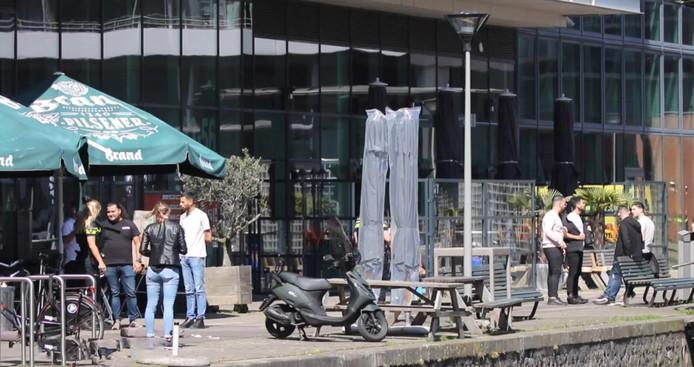 Still uit video Regio15. Ooggetuige van de steekpartij op 5 mei 2018 in Den Haag. Getuige vertelt aan agenten zijn verhaal.