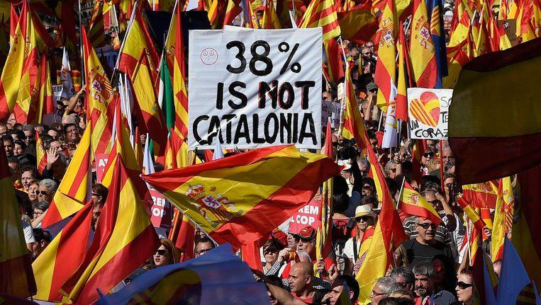 Tegenstanders van afscheiding zwaaien met Spaanse en Catalaanse vlaggen. 38% op het spandoek verwijst naar het opkomstpercentage tijdens het referendum. Beeld anp