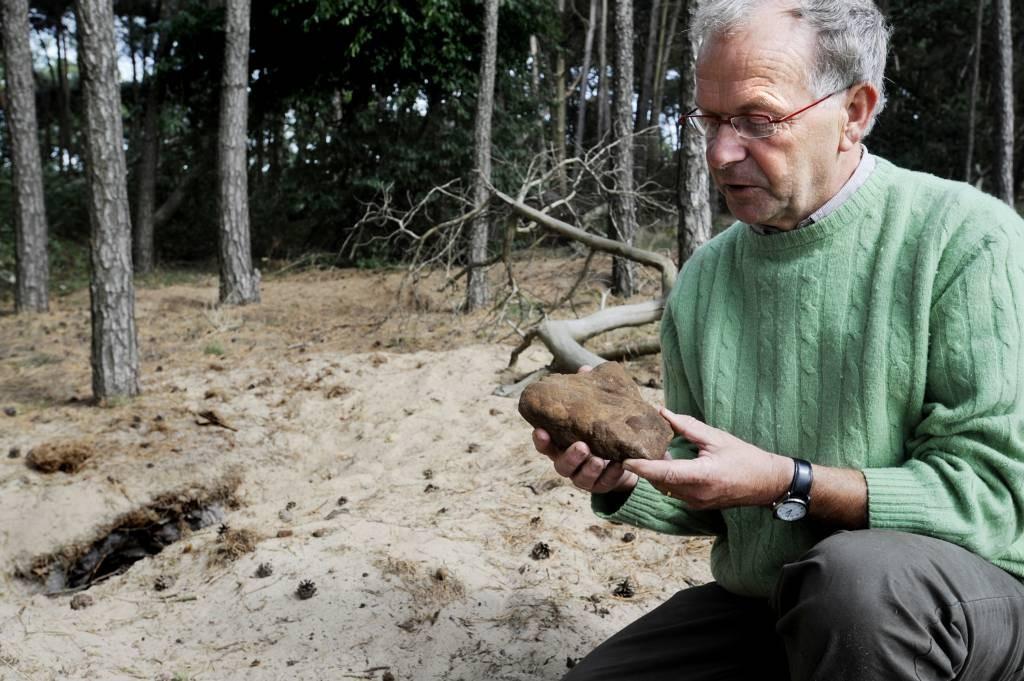 Bert van Opzeeland bij een dassenburcht in de Loonse en Drunense Duinen.