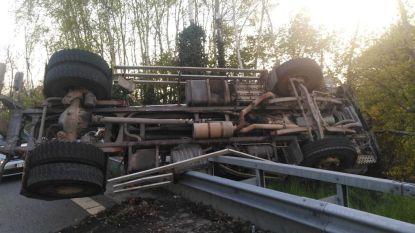 VIDEO. Tankwagen vliegt over de vangrails van E313 in Ham