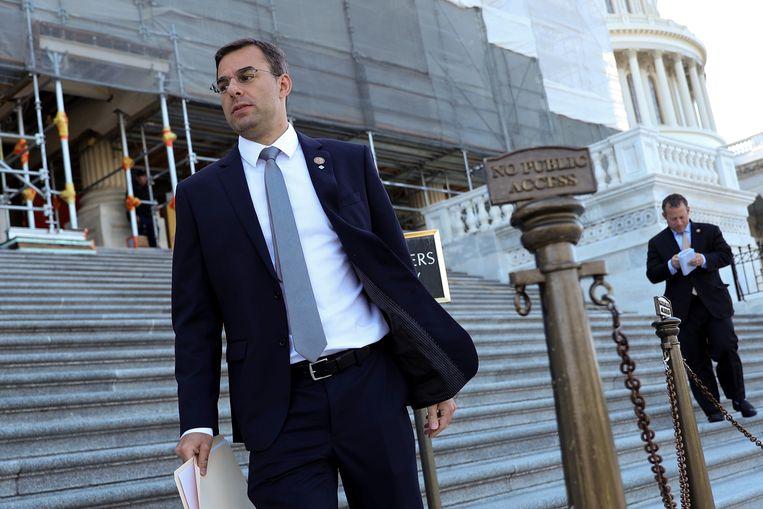 Justin Amash op de trappen van het Capitool. Het Congreslid uit Michigan stapte vorig jaar uit de Republikeinse partij. Nu overweegt hij mee te doen aan de presidentsverkiezingen in november. Beeld REUTERS