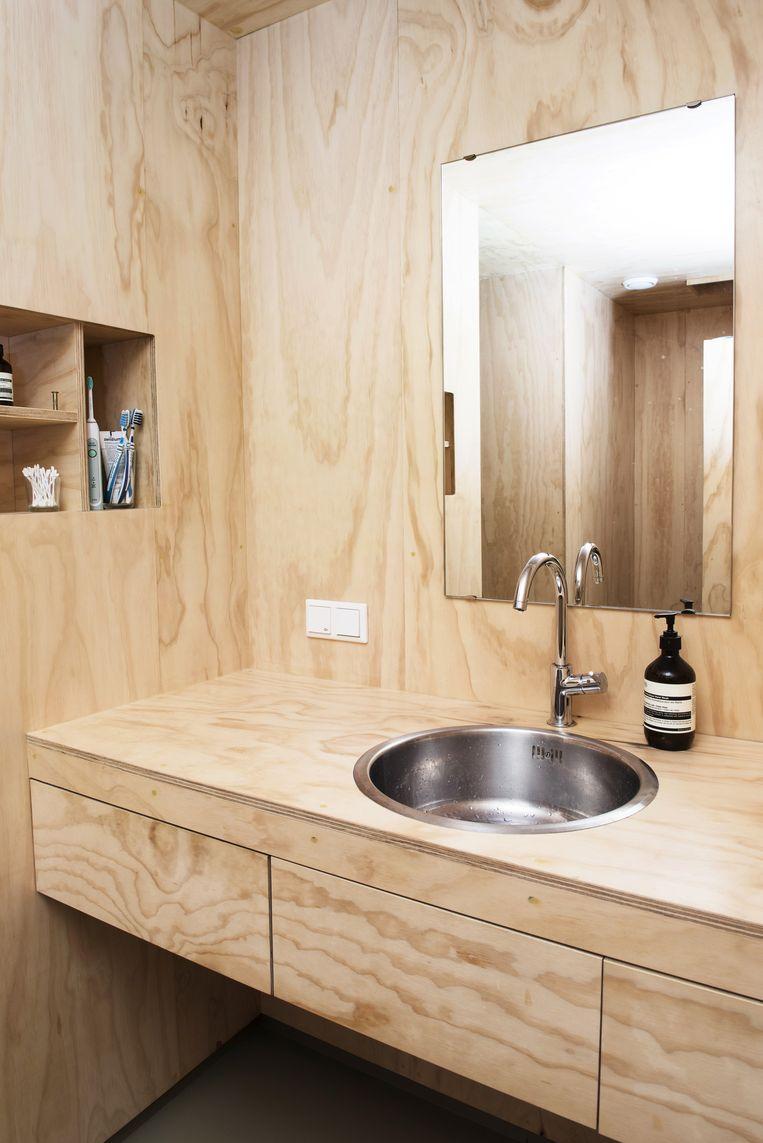 Floris: 'Badkamers zijn vaak wit en kil. Bij ons niet. Een houten badkamer leek ons een mooi experiment. Wij vinden het veel zachter ogen dan bijvoorbeeld wandtegels.' Beeld Els Zweerink