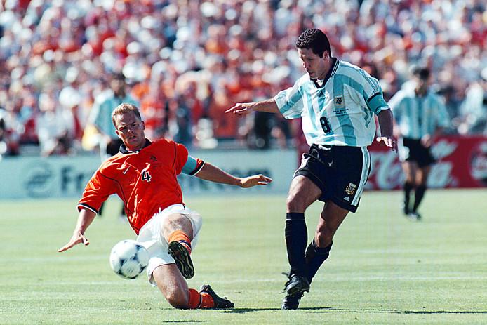Frank de Boer in duel met Diego Simeone.