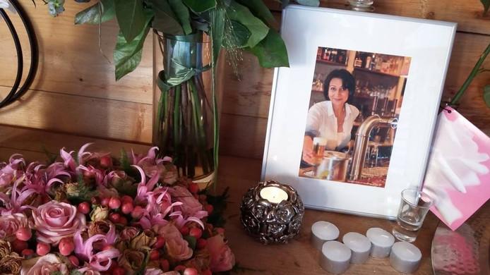 In de tuin van haar café is een altaartje gecreëerd om Stella te eren. Haar foto is omringd door een zee van bloemen. foto jacques hendriks