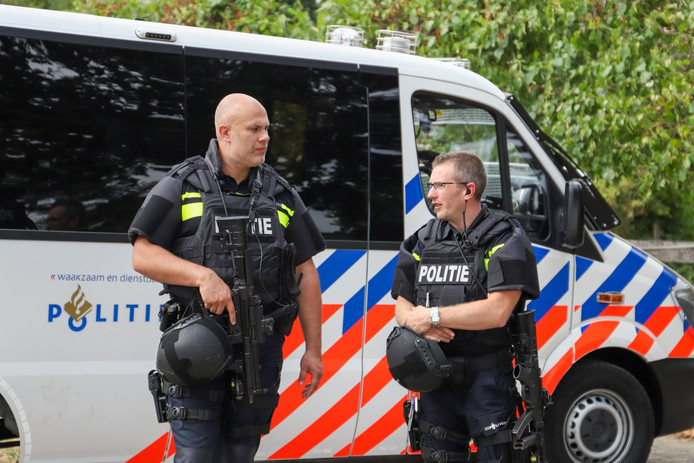 Agenten met mitrailleurs bewaken het drugslab in Overasselt.