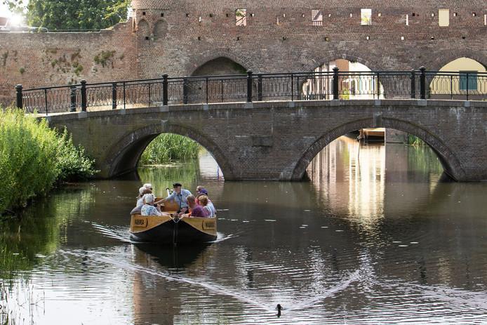 Hoge temperaturen in Zutphen. Verkoeling op het water met de fluisterboot.