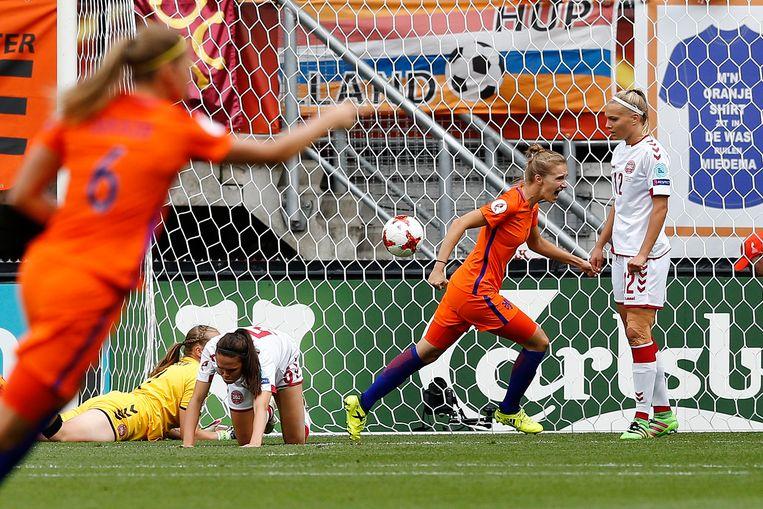 Vivianne Miedema van het Nederlands vrouwenelftal juicht na het scoren van 1-1 tijdens de finale tussen Nederland en Denemarken van het EK vrouwenvoetbal. Beeld ANP