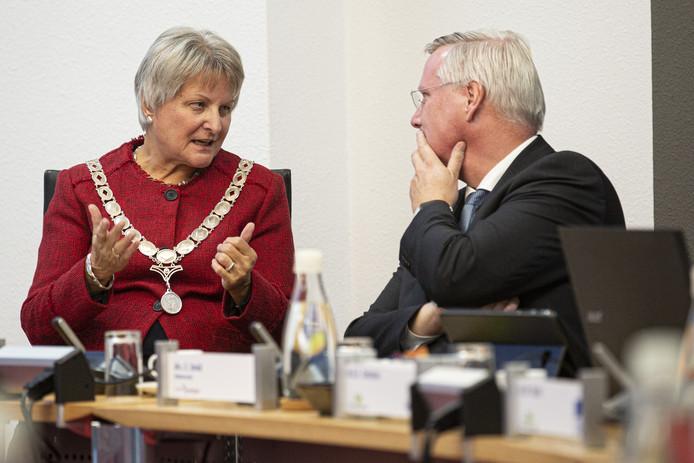 Waarnemend burgemeester Annelies van der Kolk in gesprek met Andries Heidema, Commissaris van de Koning.