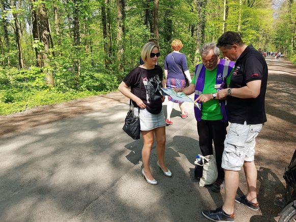 Vrijwilliger Frans Van Winghe  is een van tientallen mensen die bezoekers wegwijs maakt in het Hallerbos tijdens het Hyacintenfestival.