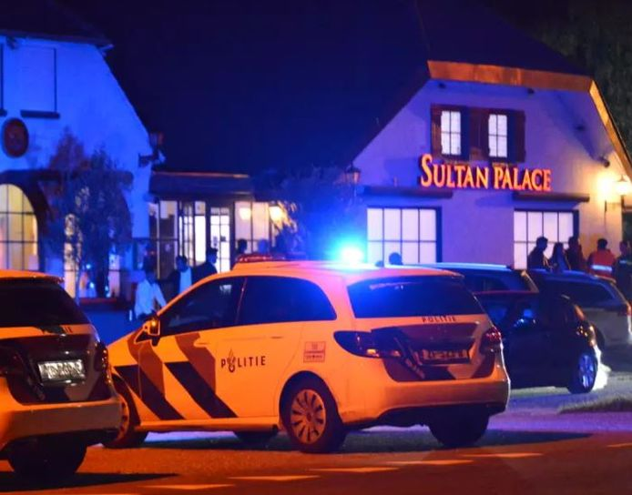 Politieonderzoek na de steekpartij bij een huwelijksfeest in Rijsbergen. Een 15-jarige jongen raakte zwaargewond.