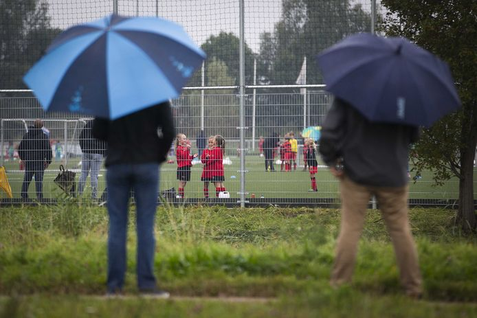 Ouders langs het veld bij voetbalvereniging VOC. Werden zij eerder al bijna allemaal geweerd van de terreinen van voetbalclubs, nu worden de amateurvoetbalcompetities allemaal stilgelegd.