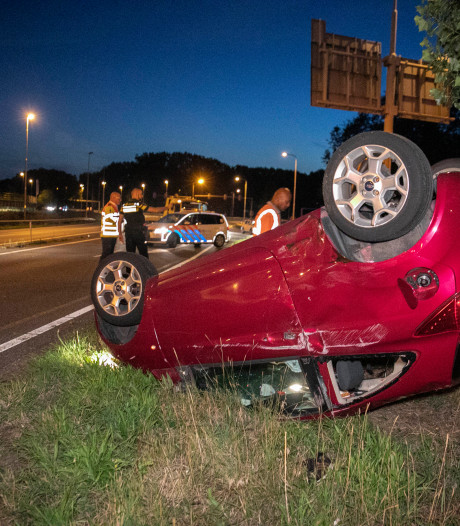 Auto belandt op de kop bij knooppunt Velperbroek