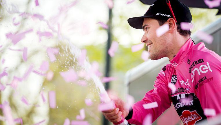 Tom Dumoulin in de roze trui na afloop van de eerste etappe van de Giro 2016. Beeld anp